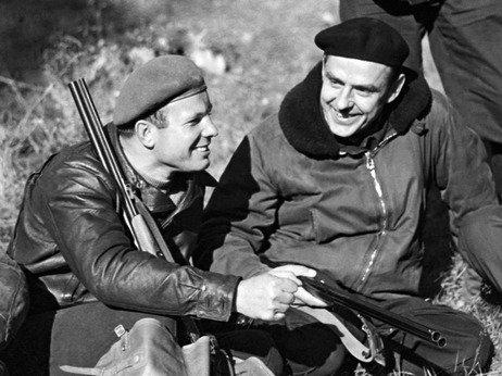 Yuri Gagarin a la izquierda y Vladimir Komarov derecha