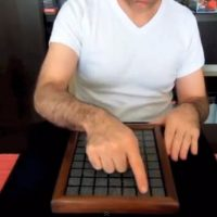 Truco visual con azulejos: juego geométrico o truco de camara