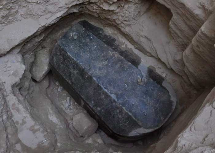 sarcofago egipcio negro de granito