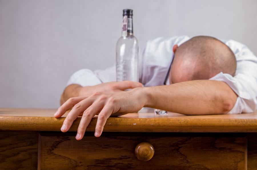 hombre borracho. efectos del alcohol en el cerebro