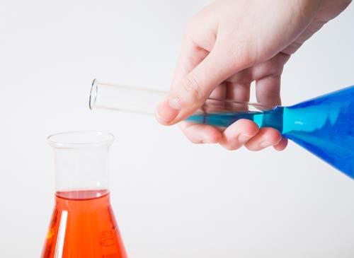 reacción química en laboratorio