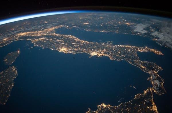 la hora en el espacio puede ser diferente. atmósfera terrestre