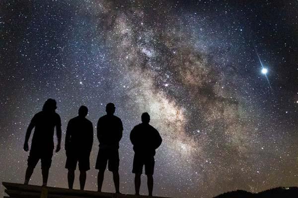 hombres observando el espacio hecho de materia