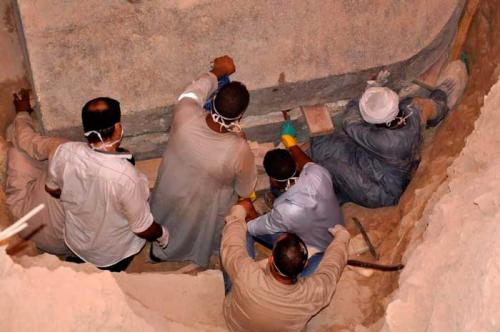Arqueólogos-abriendo-sarcófago-Sidi-Gaber-en-Alejandría