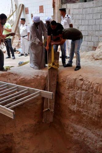 Arqueólogos-egipcios-sarcófago-negro-distrito-de-Sidi-Gaber